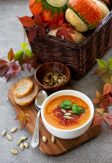Bol De Soupe à La Citrouille Photo Premium