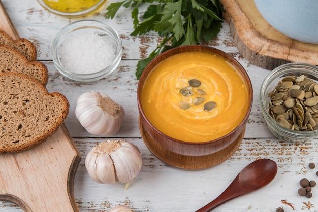 Bol De Soupe à La Crème Et à L'ail Photo gratuit