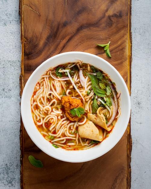 Bol de soupe de nouilles, vue de dessus Photo gratuit