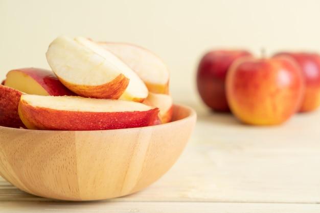 Bol en tranches de pommes rouges fraîches Photo Premium