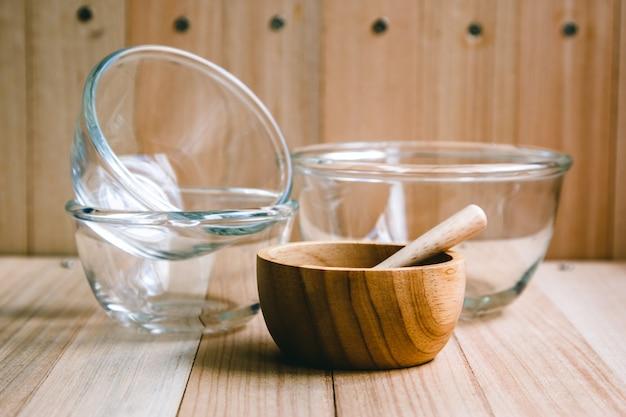 Bol en verre et en bois et ustensiles de cuisine Photo Premium