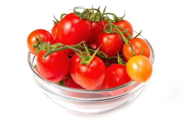 Bol en verre avec tomates fraîches Photo Premium