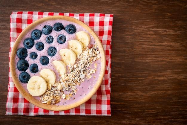 Bol Avec Yaourt, Myrtilles, Banane Et Granola Photo Premium