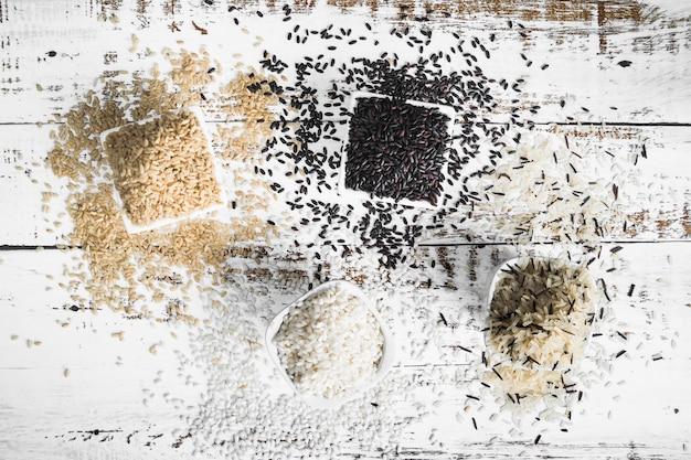 Bols carrés avec différentes sortes de riz Photo gratuit