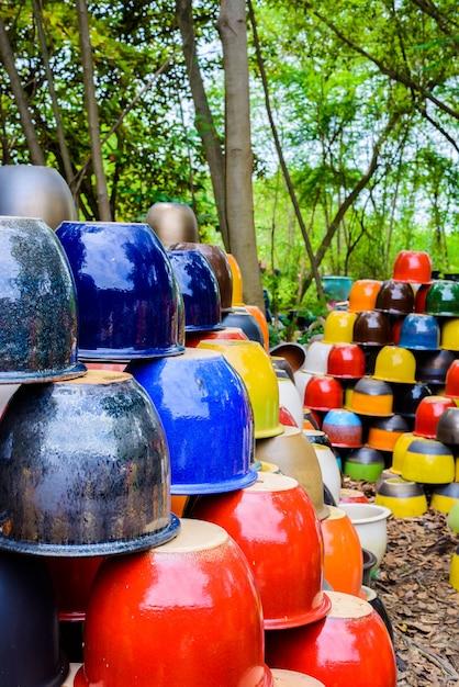 Bols en céramique multicolores, pots et tasses colorés ou vases fabriqués à la main. Photo Premium