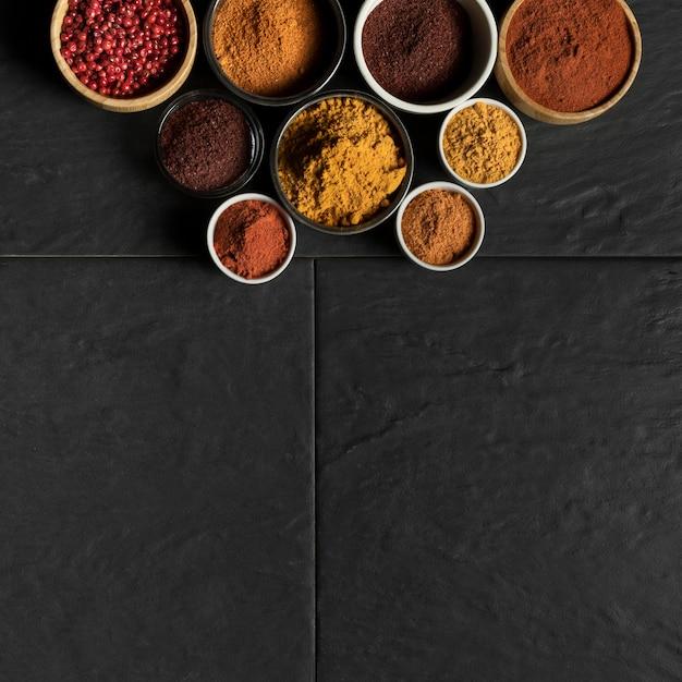 Bols Avec Condiments Et Copie-espace Photo gratuit