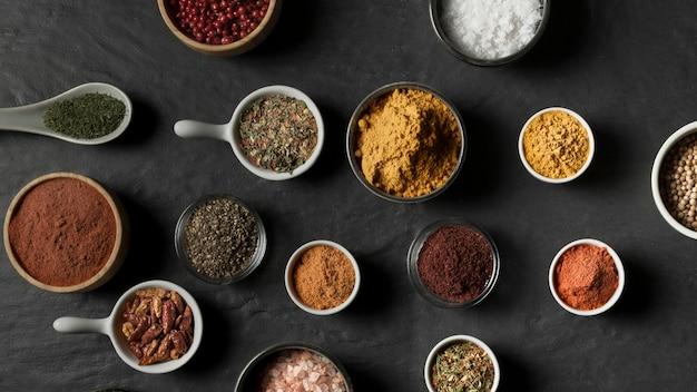 Bols Avec Condiments Sur Table Photo gratuit