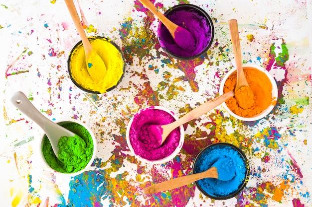Bols avec des cuillères et différentes couleurs vives et sèches Photo gratuit
