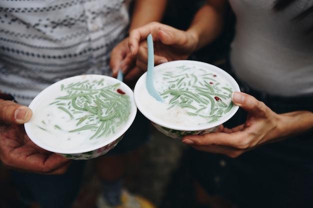 Bols de dessert malaisien cendol Photo gratuit