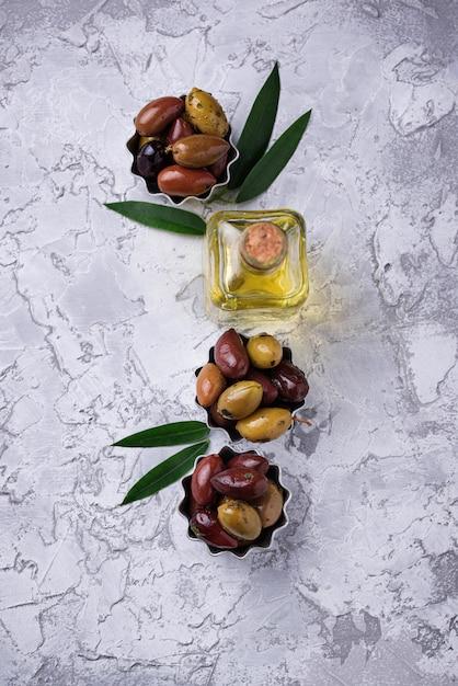 Bols avec différentes olives méditerranéennes Photo Premium