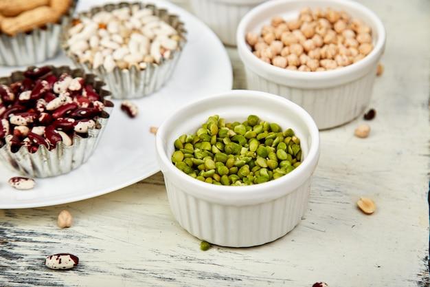 Bols de divers collection ensemble de haricots et légumineuses. Photo Premium