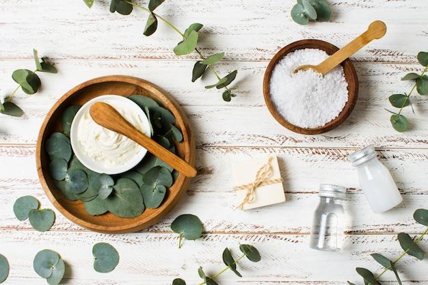 Bols avec feuilles et concept de spa au sel Photo gratuit