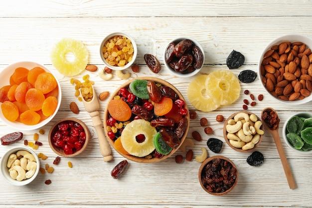 Bols Avec Fruits Secs Et Noix Sur Table En Bois Blanc Photo Premium