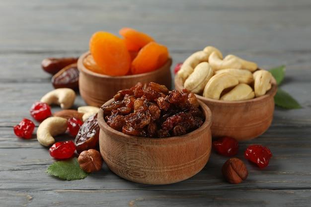 Bols Avec Fruits Secs Et Noix Sur Table En Bois Gris Photo Premium