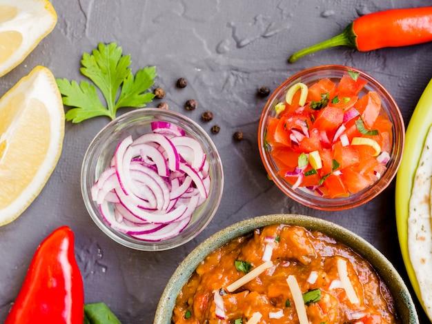 Bols avec des légumes et une coupe de garniture Photo gratuit