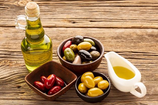 Bols d'olives à angle élevé tranches de pain et huile Photo gratuit