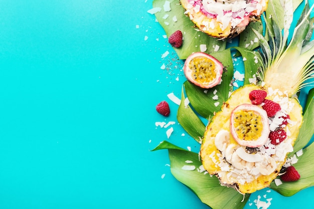 Bols à smoothies servis à l'ananas coupé sur bleu Photo Premium