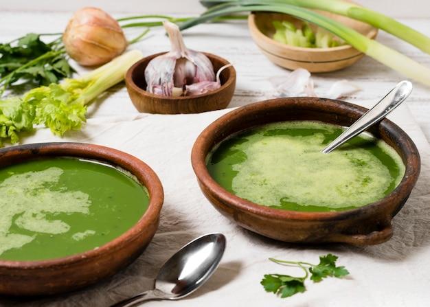 Bols à soupe à l'ail et au persil Photo gratuit