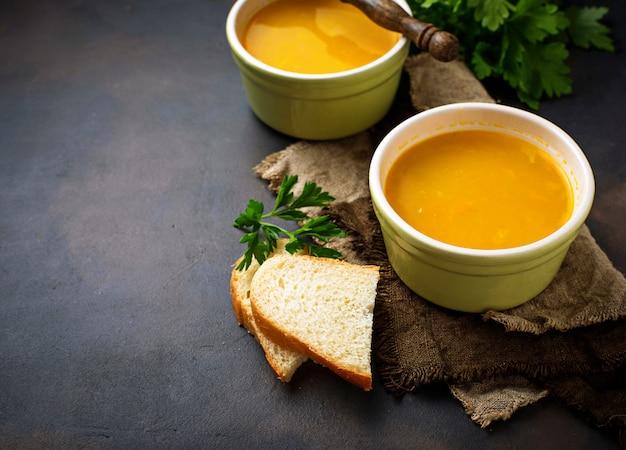 Bols de soupe végétarienne chaude aux lentilles rouges Photo Premium