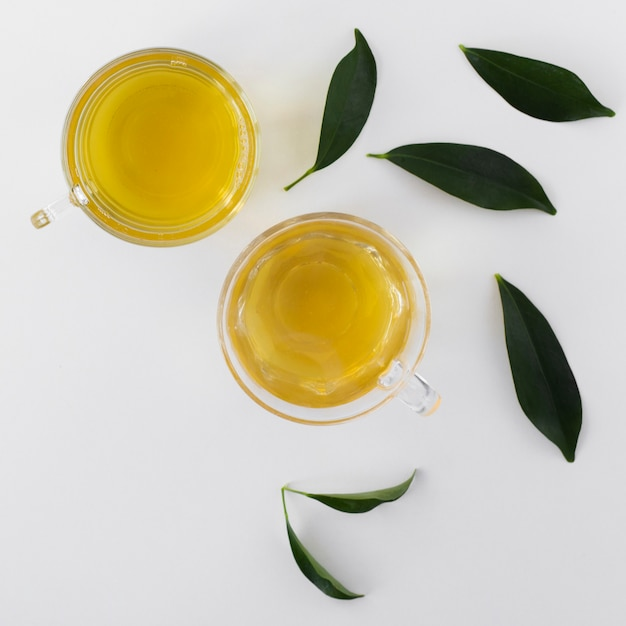Bols vue de dessus avec huile d'olive et feuilles Photo gratuit