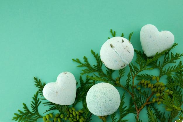 Bombes de bain avec extrait d'herbes utiles. Photo Premium