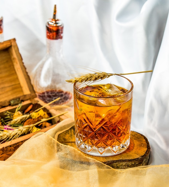 Un bon mélange de whisky écossais dans un verre. Photo gratuit