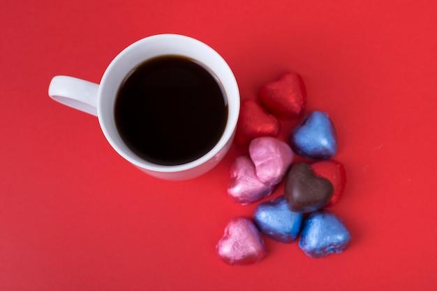 Bonbons au chocolat en forme de coeur avec café Photo gratuit