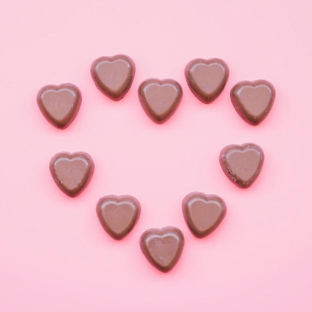 Bonbons au chocolat en forme de coeur Photo gratuit