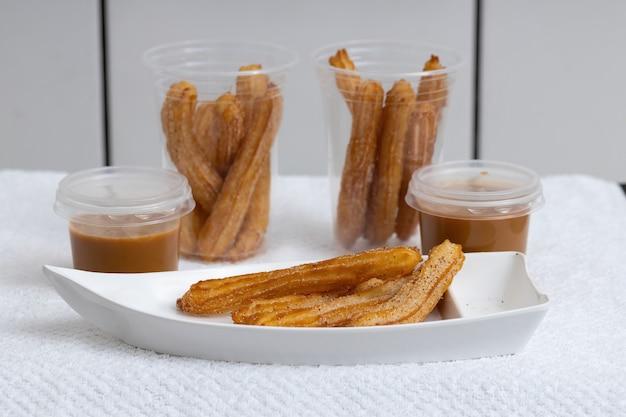 Bonbons Churros Frits Avec Du Sucre Sur Blanc Photo Premium