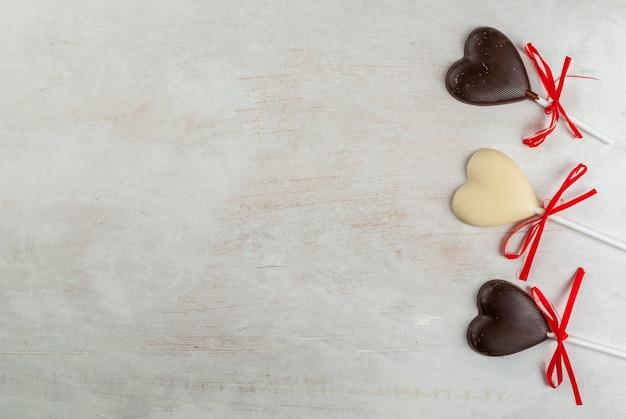Bonbons Coeurs Au Chocolat Sur Tableau Blanc Photo Premium