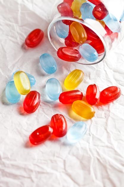 Bonbons colorés dans un bocal en verre Photo Premium