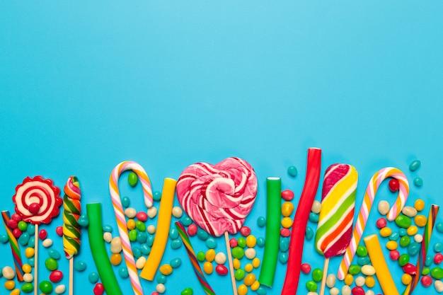 Bonbons colorés sur fond bleu Photo Premium