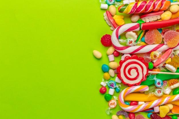 Bonbons colorés sur vert Photo Premium