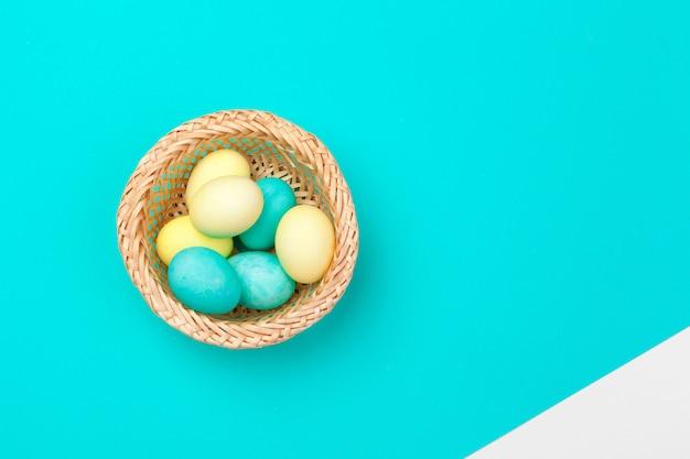 Bonbons couleur oeufs de pâques sur papier brillant Photo Premium