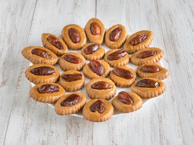 Bonbons Dates Eid Maison Sur Une Table En Bois Blanc Photo Premium