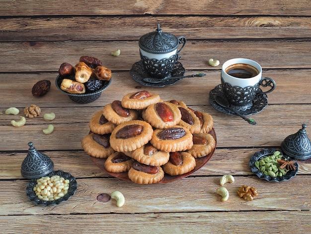 Bonbons Dates Eid Sur Une Table En Bois Photo Premium
