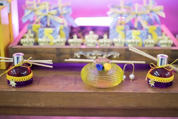 Bonbons et décoration sur la table - thème du jardin anniversaire des enfants Photo Premium