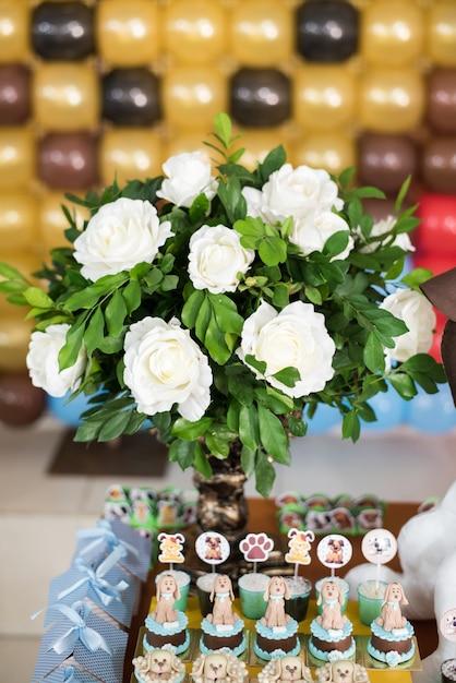 Bonbons et décoration de tables - thème du chien - anniversaire d'enfant Photo Premium