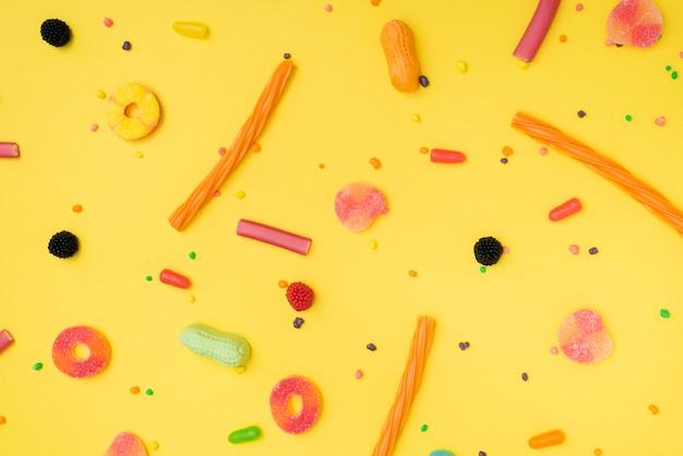 Bonbons délicieux et aromatisés répartis sur la table Photo gratuit