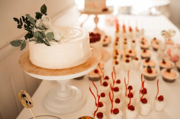 Bonbons et desserts de mariage Photo gratuit