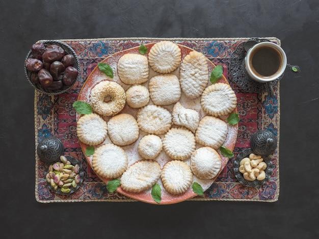 Bonbons Du Ramadan. Cookies De La Fête Islamique El Fitr. Cookies Arabes Maamoul. Photo Premium