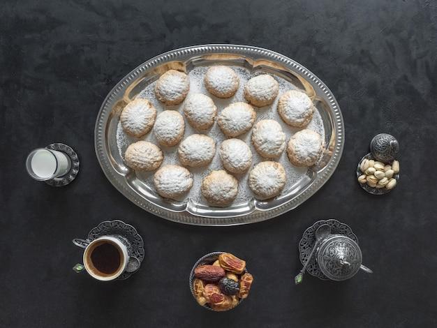 Des Bonbons Festifs Du Ramadan Sont Servis Avec Du Thé Sur La Table Noire. Biscuits égyptiens