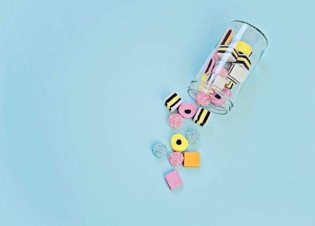 Bonbons à la gelée colorés provenant du bocal en verre Photo Premium