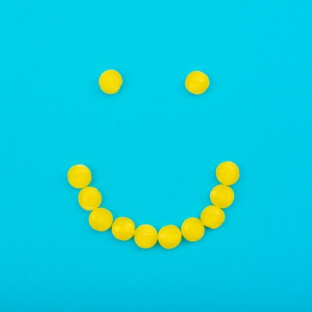Bonbons à la gelée smiley sur la table bleue Photo gratuit