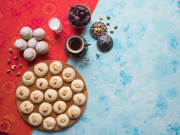 Bonbons Ghorayeba. Eid Mange. Cookies De La Fête Islamique El Fitr. Photo Premium