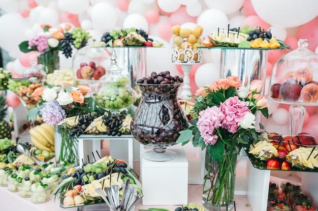 Bonbons de luxe à la table de fête pour les invités Photo gratuit