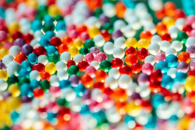 Bonbons multicolores sur fond vert Photo Premium