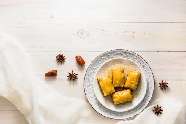 Bonbons Oriental Sur Plaque Sur Table Photo gratuit
