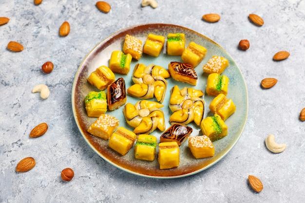 Bonbons Orientaux Traditionnels Avec Différents écrous Sur La Surface En Béton Photo gratuit