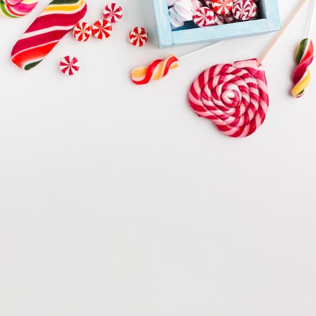 Bonbons Et Sucettes Vue De Dessus Avec Espace Copie Photo gratuit